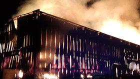Výboj při bouřce zažehl stodolu u Prahy. S obřím požárem bojovalo 22 jednotek hasičů