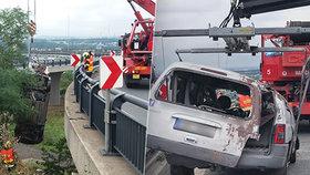 Záhadná nehoda na Pražském okruhu: Auto vylétlo z nadjezdu a zřítilo se několik metrů, řidič zmizel