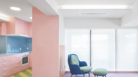 Barevná revoluce! Designér zaplavil domov zářivými barvami