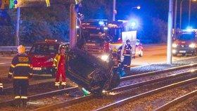 Opilec (29) převrátil v Libni auto na koleje: Z místa nehody chtěl utéct, daleko nedoběhl