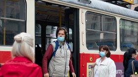 Protikoronavirová opatření v pražských autobusech a tramvajích: Cestující nesmí používat přední dveře