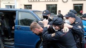 Lukašenkova policie zatýká studenty a novináře. Bělorusové pokračují v obřích protestech