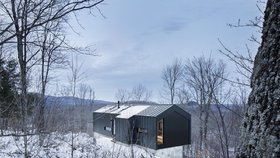 Minimalistická rezidence s úžasným výhledem zaujme černobílým pojetím