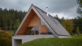 Chalupa v Beskydech kombinuje lidovou architekturu a minimalismus. Přesto nepůsobí chladně