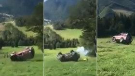 Pět záchranářů mělo vážnou autonehodu: S autem se skutáleli ze svahu, jeden vypadl!