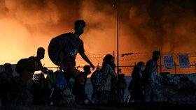 Přeplněný uprchlický tábor lehl popelem: Zapálili ho migranti, tvrdí Řekové