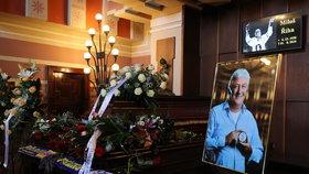 VYSÍLALI JSME: Pohřeb hokejového kouče Miloše Říhy (†61), jemuž selhalo srdce