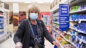 V obchodech už jen respirátory: Jak budou kontroly vypadat? Strážníci čekají na přesné znění nařízení