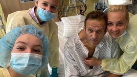 Navalnyj sdílel první fotku po otravě: Stýská se mi po vás. V nemocnici je obklopen rodinou