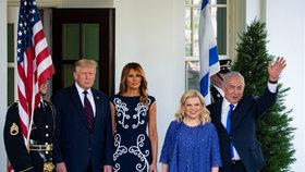 Trump podepsal přelomovou dohodu. Melania v šatech za 80 tisíc ladila s Netanjahuovou