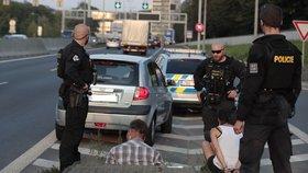 Policisté zadrželi řidičku v hrozivém stavu. Prahou se projížděla v kradeném autě a zdrogovaná