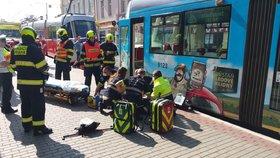 Tramvaj na Palmovce srazila důchodce! Muž zůstal zaklíněný pod vozem