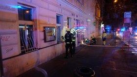 Požár a masivní únik plynu v Dejvicích! 38 lidí muselo nad ránem opustit příbytek