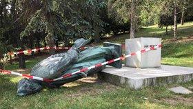 Záhadný pád Nerudovy sochy v Petřínských sadech. Můžou za to vandalové?