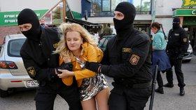 """""""Hanba!"""" Ženy vyrazily demonstrovat proti Lukašenkovi, policie jich stovky zadržela"""