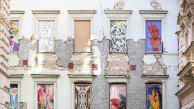 Obří výbuch plynu v Divadelní poškodil fasádu domu. Je z ní venkovní galerie, dostala příznačné jméno