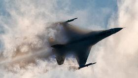 Stíhačce F-16 odpadl za letu kus výzbroje a spadl na auto v Polsku: Škoda za 15 tisíc