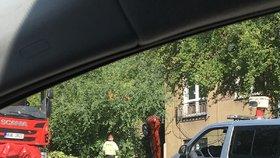 """Řidička v Ústí """"zapíchla"""" auto rovnou u domu: Vyprostit ji museli hasiči"""
