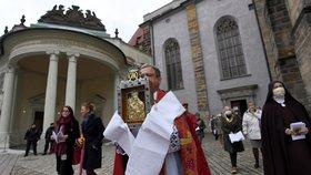 Svatováclavské putování: Prahou prošel průvod s palladiem země české, uctil patrona Václava i Ludmilu