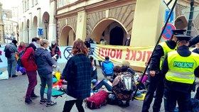 Aktivisté blokovali silnici u Sněmovny! 44 lidí skončilo v rukou policie