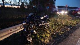 Hrozivá nehoda v Libuši: Motorkář napálil do svodidel! Vrtulník ho přepravil do Motola
