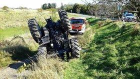 Na tuhle lekci autoškoly nezapomene: Žákyně převrátila traktor na střechu i s učitelem