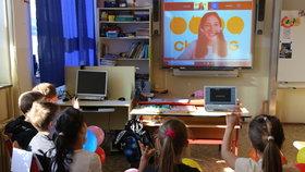 Výuka v době koronaviru: Děti učí přes monitor profesionálka z Harvardu, Praha 3 zkouší nový projekt