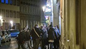 Večírek na chodníku bez rozestupů: Strážníci rozdali desítky pokut kvůli porušení vládních nařízení