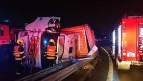 Kamion se na sjezdu z D10 převrátil na bok přímo na svodidla. Provoz stál tři hodiny