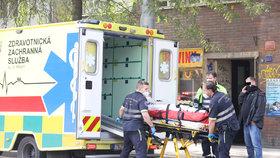 Krvavý zločin v Holešovicích?! Vážně zraněnou ženu vezli záchranáři, muže v poutech odvedla policie