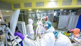 Koronavirus se v Česku vymkl kontrole a dál se šíří. Na semaforu zčervenala celá země
