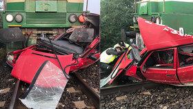 Drsná srážka vlaku s autem: Z osobáku zbyl šrot, řidička stihla vyskočit