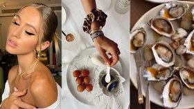Modelka si spokojeně jedla v luxusní restauraci, na ranveji na ni čekalo letadlo plné lidí