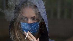 """Chcete ulevit nemocnicím? Omezte cigarety, vzkazují lékaři. Kuřáci """"blokují"""" léčbu covidu"""