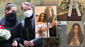 Pohřeb krásné herečky Krhutové (†47): Sexy fotka u rakve a tajemný nápis!