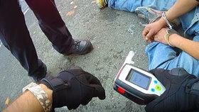 """VIDEO: """"Zastřelím tě, ty fízle!"""" vyhrožoval opilec (26) v Bubenči. Strážník si vystačil s obuškem"""