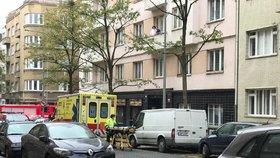 VIDEO: Drama na Žižkově. Těhotná žena hrozila, že vyskočí z balkonu!
