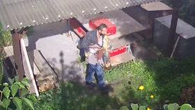 Muž kradl na faře v Praze 5, odnesl si meč i Svatý Grál. Poznáte ho? Hrozí mu boží trest i osm let v base