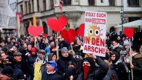 Odpůrci roušek i zastánci opatření vyrazili do ulic. Německá města zasáhly protesty
