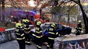 """Bizarní nehoda na Vinohradech: BMW se zaseklo na schodech! """"Stará mě zabije,"""" řekl řidič policistům"""