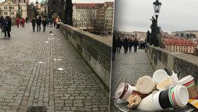 Lidé zaplavili centrum Prahy! Zbyly po nich plné koše a odpadky po Karlově mostě