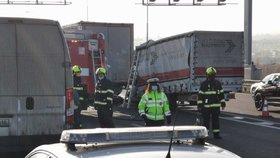 Zacpaný Pražský okruh. Při smrtelné nehodě se srazil kamion s dodávkou, bouralo se i v opačném směru