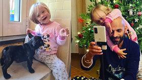 Adoptoval miminko, které odmítlo 20 rodin! Takhle už se holčička (2) těší na Vánoce