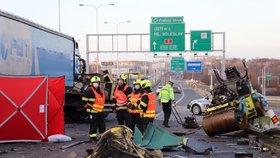Smrtelná nehoda na Pražském okruhu! Srazily se dva náklaďáky a dodávka, řidič zemřel