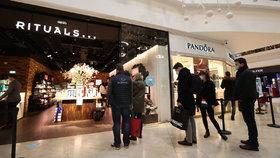 Obchody se bojí zavření, vánoční výprodeje spustily předčasně. Slevy mají být ohromné