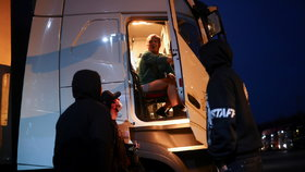 """""""Nedávají nám jídlo, ani pití."""" Zoufalí kamioňáci dál """"trčí"""" u hranic s Británií, svítá ale naděje"""