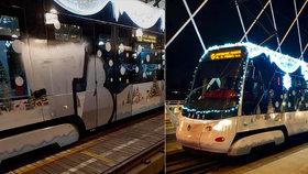 Smutný konec vánoční tramvaje: Vandal ji posprejoval, dopravní podnik polep sundá