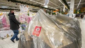 Supermarkety: Bizarní omezení prodeje respirátorů či svíček. A zakázané pastelky