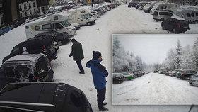 Kolaps na horách: Češi vyrazili za sněhem, policie uzavřela příjezd do Bedřichova