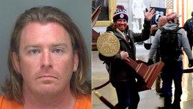 Adam kradl pult z Kapitolu, zatkli ho. Zastřelená žena šířila konspirace o pedofilech